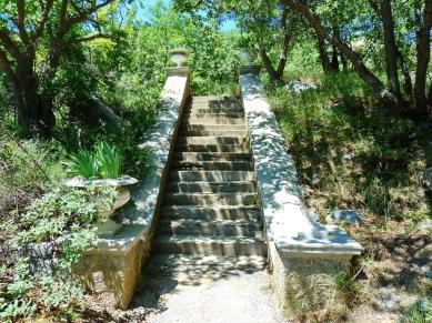 Escalera de la playa a mansión abandonada