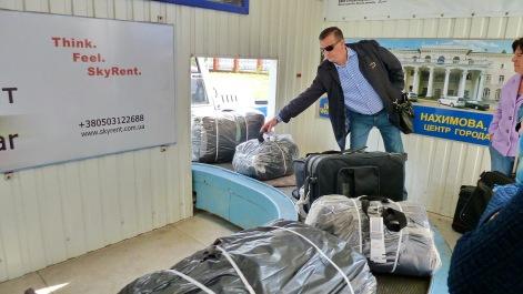 ...Y aparecen las primeras maletas!. Lo dicho...de juguete.