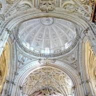 Cúpulas Catedral católica sobre la mezquita