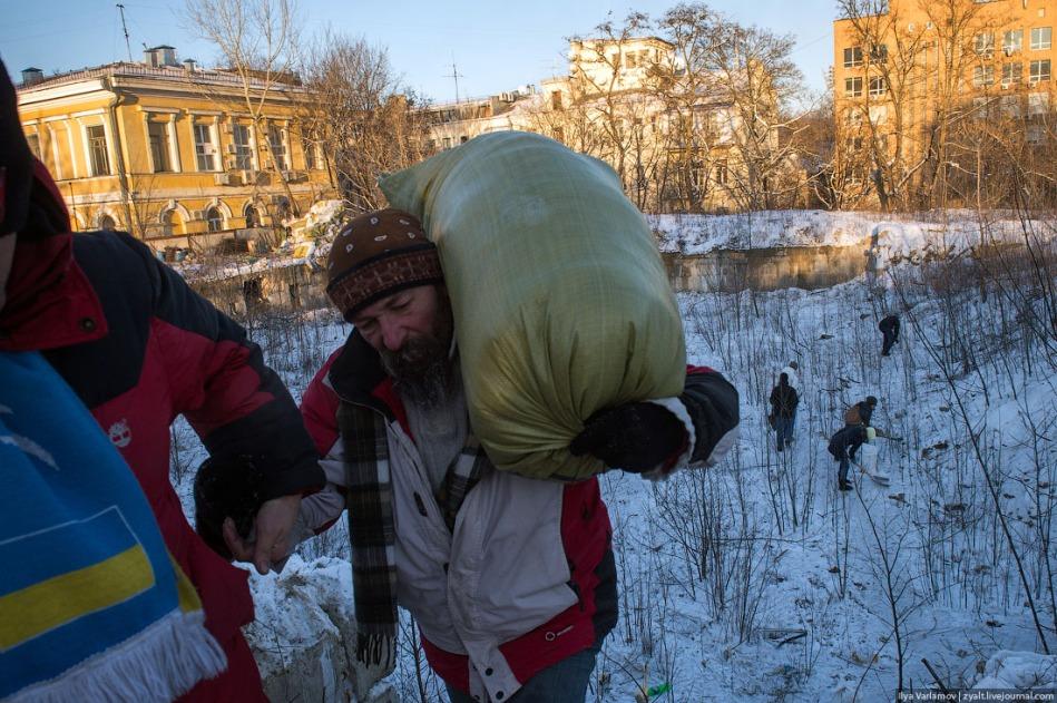 Llenando sacos de nieve para las barricadas