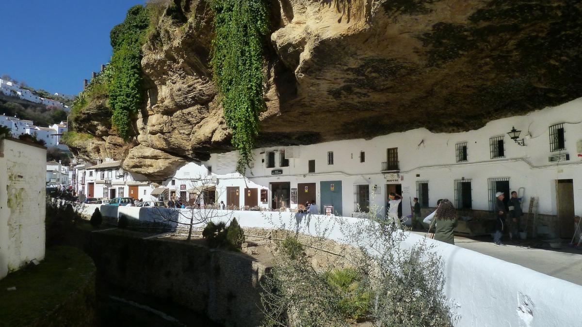 SETENIL DE LAS BODEGAS y sus casas-cuevas