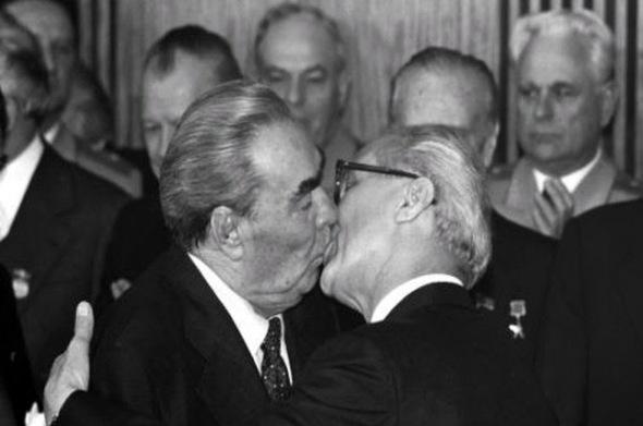 Beso Brezhnev-Honecker 2