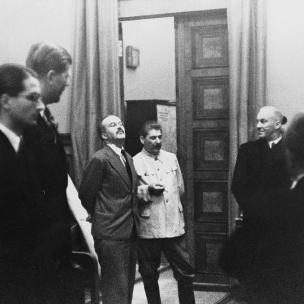 23 de agosto de 1939. Firma del Tratado de No Agresión germano-soviético en Moscú. Stalin y Mólotov a la espera de la firma de Ribbentrop.