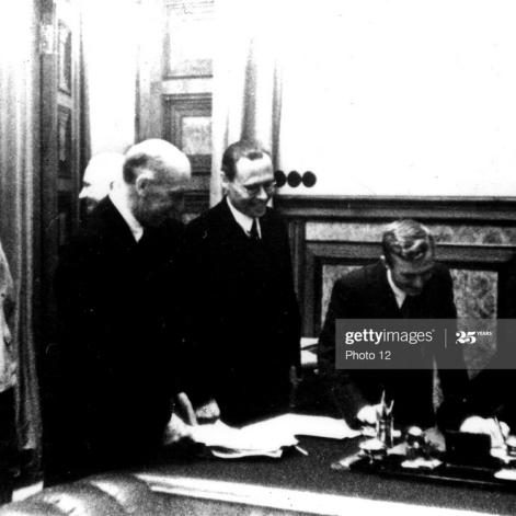 23 de agosto de 1939. Firma del Tratado de No Agresión germano-soviético en Moscú. Stalin y Mólotov observan apartados la firma de Ribbentrop. Washington. Archivos Nacionales. Foto de Photo12 / Universal Images Group a través de Getty Images.