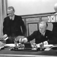 23 de agosto de 1939. Firma del Tratado de No Agresión germano-soviético en Moscú. Ribbentrop en el momento de la firma.