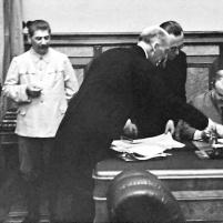 23 de agosto de 1939. Firma del Tratado de No Agresión germano-soviético. Ribbentro y Stalin a la espera de la firma de Mólotov. Imagen © Colección Hulton-Deutsch / CORBIS