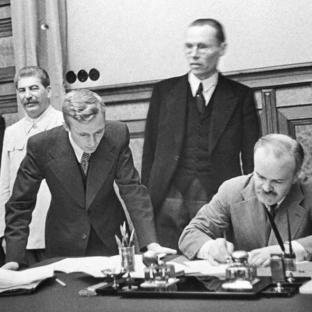 Viacheslav Mólotov firma el Tratado No Agresión germano-soviético. 23 agosto 1939