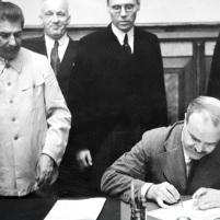 23 de agosto de 1939. Firma del Tratado de No Agresión germano-soviético en Moscú. Viacheslav Mólotov en el momento de la firma.