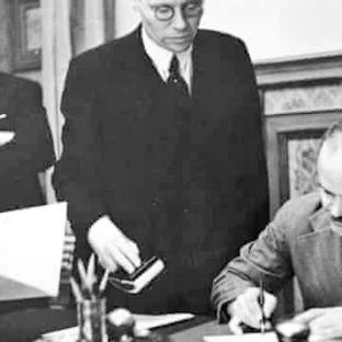 El ministro de Relaciones Exteriores soviético, Viacheslav Mólotov firma el Pacto de No Agresión germano-soviético en Moscú, el 23 de agosto de 1939. A la izquierda está el ministro de Relaciones Exteriores alemán Joachim von Ribbentrop . Foto de Heinrich Hoffmann / Hulton Archive.