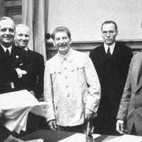 23 de agosto de 1939. Firma del Tratado de No Agresión germano-soviético. Viacheslav Mólotov, ministro de Relaciones Exteriores de la URSS y Joachim von Ribbentrop, ministro de Relaciones Exteriores de Alemania con Joseph Stalin. Imagen © CORBIS