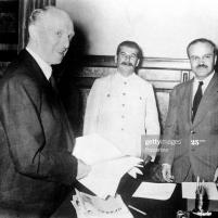 23 de agosto de 1939. Firma del Tratado de No Agresión germano-soviético. De izquierda a derecha: el ministro de Relaciones Exteriores, Joachim von Ribbentrop; El subsecretario de Estado Gaus; Josef Stalin; El ministro de Relaciones Exteriores soviético, Viacheslav Mólotov. Foto de Popperfoto a través de Getty Images.