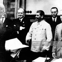 23 de agosto de 1939. Firma del Tratado de No Agresión germano-soviético. Después de la firma del tratado en Moscú, de izquierda a derecha: el subsecretario de Estado Friedrich Gaus, el ministro de Relaciones Exteriores del Reich, Joachim v. Ribbentrop, Josef Stalin, Consejero de Legación Gustav Hilger y Viacheslav Mólotov. Foto de Ullstein Bild a través de Getty Images.