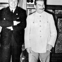 23 de agosto de 1939. Firma del Tratado de No Agresión germano-soviético. Después de la firma del tratado en Moscú, el ministro de Relaciones Exteriores del Reich, Joachim v. Ribbentrop y Josef Stalin.