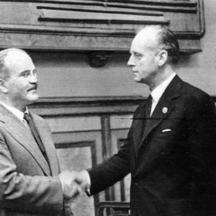 23 de agosto de 1939. Firma del Tratado de No Agresión germano-soviético. el Ministro de Relaciones Exteriores de la URSS, Viacheslav Mólotov y el Ministro de Relaciones Exteriores del Reich, Joachim von Ribbentrop se dan la mano. A la derecha de la imagen el consejero de la Embajada de Alemania en Moscú, Gustav Hilger.