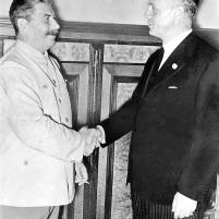 Moscú, 23-24 de agosto de 1939: Apretón de manos de Stalin y Ribbentrop después de firmar el pacto de no agresión