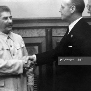 23 de agosto de 1939. Firma del Tratado de No Agresión germano-soviético. El jefe de estado soviético Josif Stalin se da la mano con el ministro de Relaciones Exteriores nazi alemán Joachim Von Ribbentrop después de la firma del Pacto de No Agresión Foto de AFP a través de Getty Images.