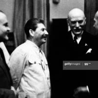 23 de agosto de 1939. Firma del Tratado de No Agresión germano-soviético. Joseph Stalin y su ministro de Relaciones Exteriores, Vyacheslav Molotov hablan con el ministro de Relaciones Exteriores alemán Joachim Von Ribbentrop. AFP PHOTO via Getty Images.
