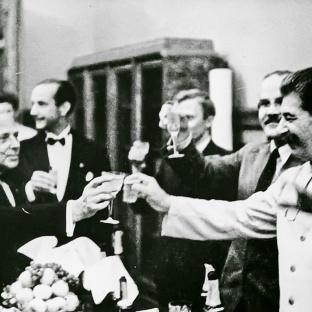 Madrugada del 24 de agosto de 1939. Stalin, Mólotov y Ribbentrop brindan tras la firmas del Tratado de No Agresión y del Protocolo secreto.