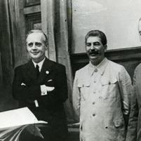 23 de agosto de 1939. Firma del Tratado de No Agresión germano-soviético. De izquierda a derecha: el subsecretario de Estado Friedich Gaus; el ministro de Relaciones Exteriores, Joachim von Ribbentrop; Josef Stalin y el ministro de Relaciones Exteriores soviético, Viacheslav Mólotov.