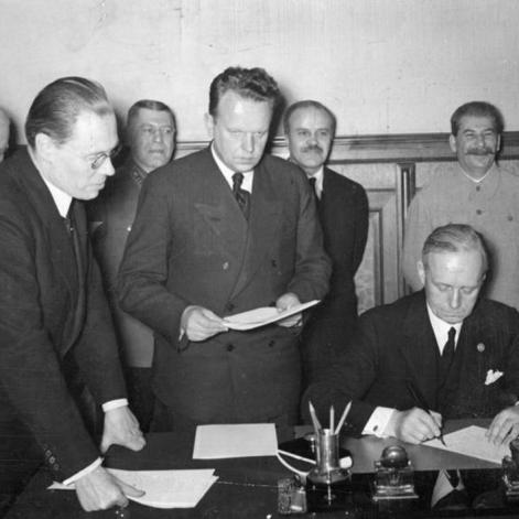 28 septiembre 1939. Firma del Tratado de Amistad, Cooperación y Frontera germano-soviético. El Ministro de Relaciones Exteriores del Reich v. Ribbentrop durante la firma. A su izquierda está el embajador soviético en Berlín Alexei Schkvarzev; Detrás, Josif Stalin, el Comisionado de Asuntos Exteriores Viacheslav Mólotov y el Jefe de Estado Mayor del Ejército Soviético Borís Shaposhnikov y el consejero de la Embajada de Alemania en Moscú, Gustav Hilger.