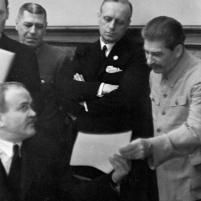 28 septiembre 1939. Firma del Tratado de Amistad, Cooperación y Frontera germano-soviético. Mólotov consulta con Stalin. A su derecha, Ribbentrop y el Jefe del Estado Mayor soviético Borís Shaposhnikov.