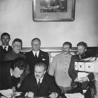 28 de septiembre de 1939. El ministro de Relaciones Exteriores soviético, Viacheslav Mólotov firma en Moscú el Tratado de Amistad, Cooperación y Frontera entre el Reich alemán y la URSS. Detrás de él están Richard Schulze-Kossens (ayudante de Ribbentrop), Boris Shaposhnikov (Jefe del Estado Mayor del Ejército Rojo), Joachim von Ribbentrop, Joseph Stalin, Vladímir Pavlov (traductor soviético) y Alexey Shkvarzev (embajador soviético en Berlín).