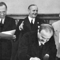 28 septiembre 1939. Firma del Tratado de Amistad, Cooperación y Frontera germano-soviético. Ministro de Relaciones Exteriores de la URSS, Viacheslav Mólotov. Detrás de él (I-D): embajador soviético en Berlín Alexei Schkvarzev; consejero de la Embajada de Alemania en Moscú, Gustav Hilger; Ministro de Relaciones Exteriores del Reich, Joachim von Ribbentrop; Josif Stalin; secretario de la Embajada e intérprete Vladímir Pavlov.