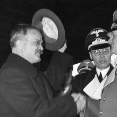 12.11.1940 - El ministro de Relaciones Exteriores soviético, Viacheslav Mólotov, al llegar a Anhalter Bahnhof en Berlín, saluda al ministro de Relaciones Exteriores alemán Joachim von Ribbentrop.