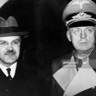 12.11.1940 - El ministro de Asuntos Exteriores alemán von Ribbentrop y Viacheslav Molotov, presidente del Consejo de Comisarios del Pueblo, tras su llegada a la estación 'Anhalter Bahnhof' de Berlín.(Foto de Heinrich Hoffmann / Ullstein Bild a través de Getty Images)