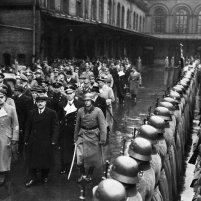 12.11.1940 - El Comisario del Pueblo para Asuntos Exteriores de la URSS Viacheslav Mólotov saluda a la guardia de honor. A la izquierda de Mólotov, el Ministro de Asuntos Exteriores del Reich, Joachim von Ribbentrop.