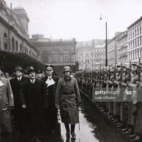 12.11.1940 - El Comisario del Pueblo para Asuntos Exteriores de la URSS Viacheslav Mólotov saluda a la guardia de honor. A la izquierda de Molotov, el Ministro de Asuntos Exteriores del Reich, Joachim von Ribbentrop.(Imagen: Laski Diffusion/Getty Images)