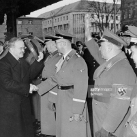 14.11.1940 – Mólotov, acompañado de Ribbentrop, despidiéndose de Himmler. (Foto de Heinrich Hoffmann / Ullstein Bild a través de Getty Images).