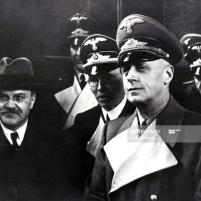 14.11.1940 - El Ministro de Relaciones Exteriores de Rusia, Viacheslav Molotov, con su homólogo alemán Joachim von Ribbentrop y el Consejero de Embajada Gustav Hilger en la estación de tren de Berlín.Imagen de Laski Diffusion / Getty Images.