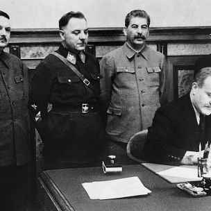 2 de diciembre de 1939 - Acuerdo de Asistencia Mutua entre la URSS y Finlandia. De izquierda a derecha: A. Zhdanov, K. Voroshilov, J. Stalin, V. Molotov y O. Kuusinen.